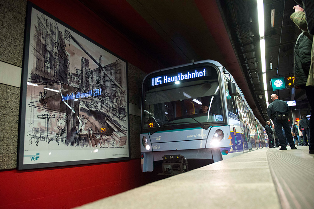 Eine Attraktion in der Frankfurter U-Bahn: Ferry Ahrlés U-Bahnzeichnungen hängen dauerhaft in der U-Bahn-Station Konstablerwache