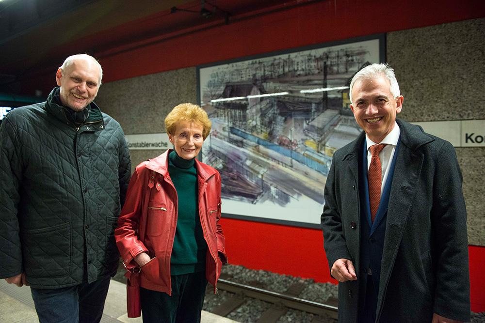 Feierliche Vorstellung der Wandbilder – (v.l.) Thomas Wisgott (Geschäftsführer VGF), Sigrid Ahrlé und der Frankfurter Oberbürgermeister Peter Feldmann
