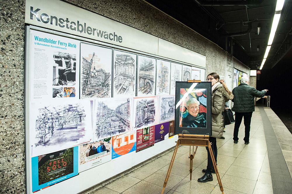 Info-Tafeln informieren über Ferry Ahrlé und seine U-Bahn-Zeichnungen