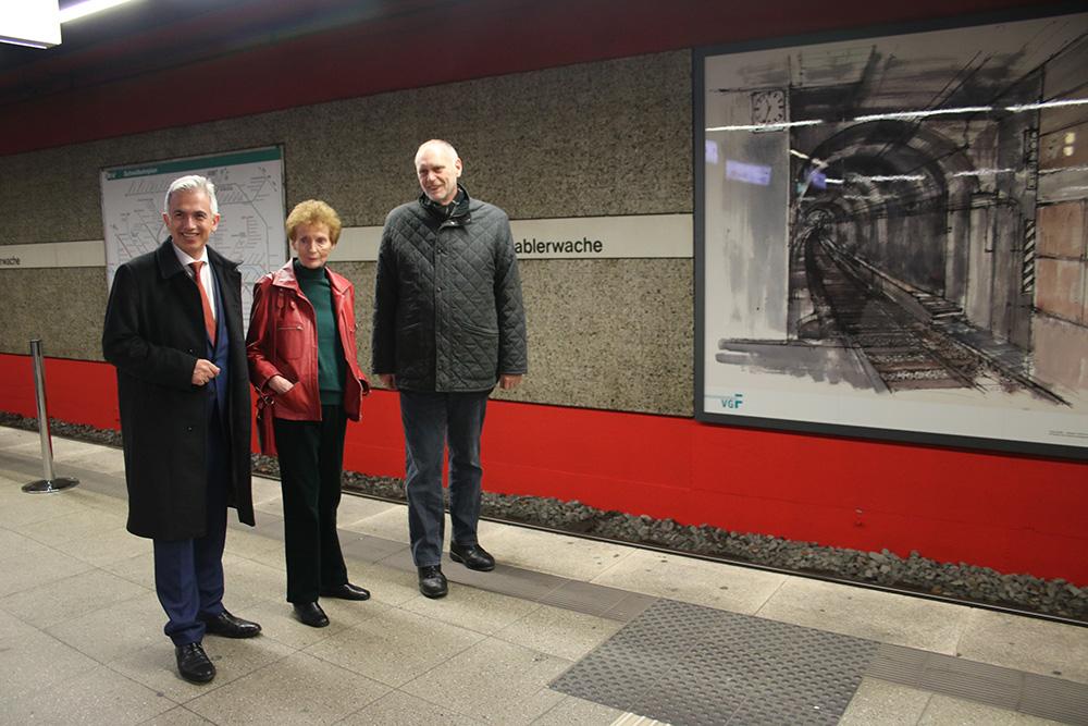 Erfreut über die Kunst in der U-Bahn: (v.l.) Oberbürgermeister Peter Feldmann, Sigrid Ahrlé und Thomas Wisgott (Geschäftsführer VGF)