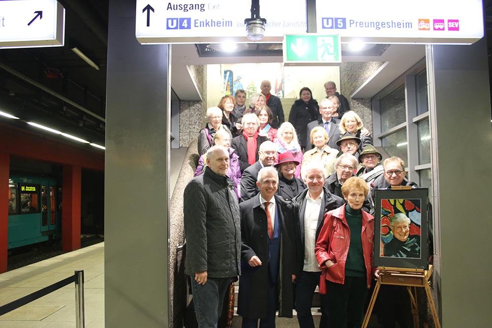 Gaben sich bei der Enthüllung am 26.3.2019 die Ehre: Oberbürgermeister Peter Feldmann, Thomas Wisgott (Geschäftsführer VGF) sowie zahlreiche Prominente aus Politik, Wirtschaft und Kultur