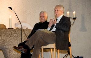 Ferry Ahrlé (links) und Iring Fetscher erzählten am Buß- und Bettag in der Andreaskirche in Eschersheim. Foto: Ilona Surrey
