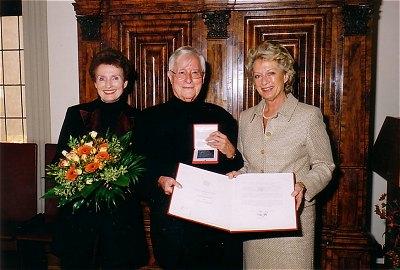 Ferry Ahrlé erhält 2004 die Goethe-Plakette der Stadt Frankfurt am Main