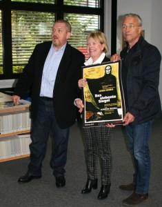 """""""Ferry Ahrlès Filmplakate kommen auch bei den Kölner Tatortkommissaren gut an!"""" (v.l.n.r.) Dietmar Bär (alias Freddy Schenk), Edda Rössler (ROESSLER PR), Klaus J. Behrendt (alias Max Ballauf), Foto: Juliane Bartelt, ROESSLER PR"""