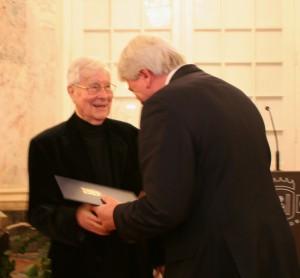 Verleihung des Hessischen Verdienstordens an den Maler, Zeichner und Autoren Ferry Ahrlé am 3. Dezember 2014 durch den Hessischen Ministerpräsidenten Volker Bouffier, Schloß Biebrich, Wiesbaden (c) ROESSLER PR